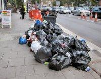 składowisko śmieci na ulicy