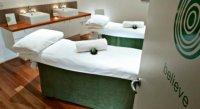 łóżka w salonie masażu