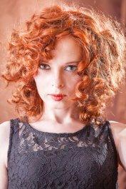 kręcone rude włosy